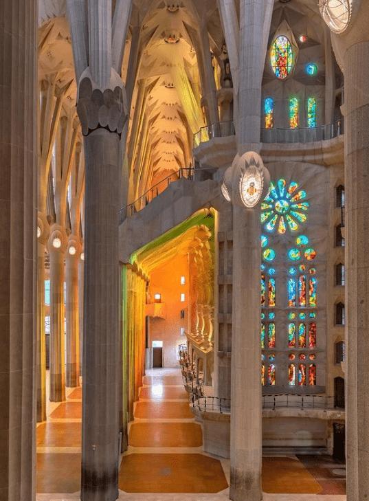 la sagrada familia Kilisesinin iç mekânı