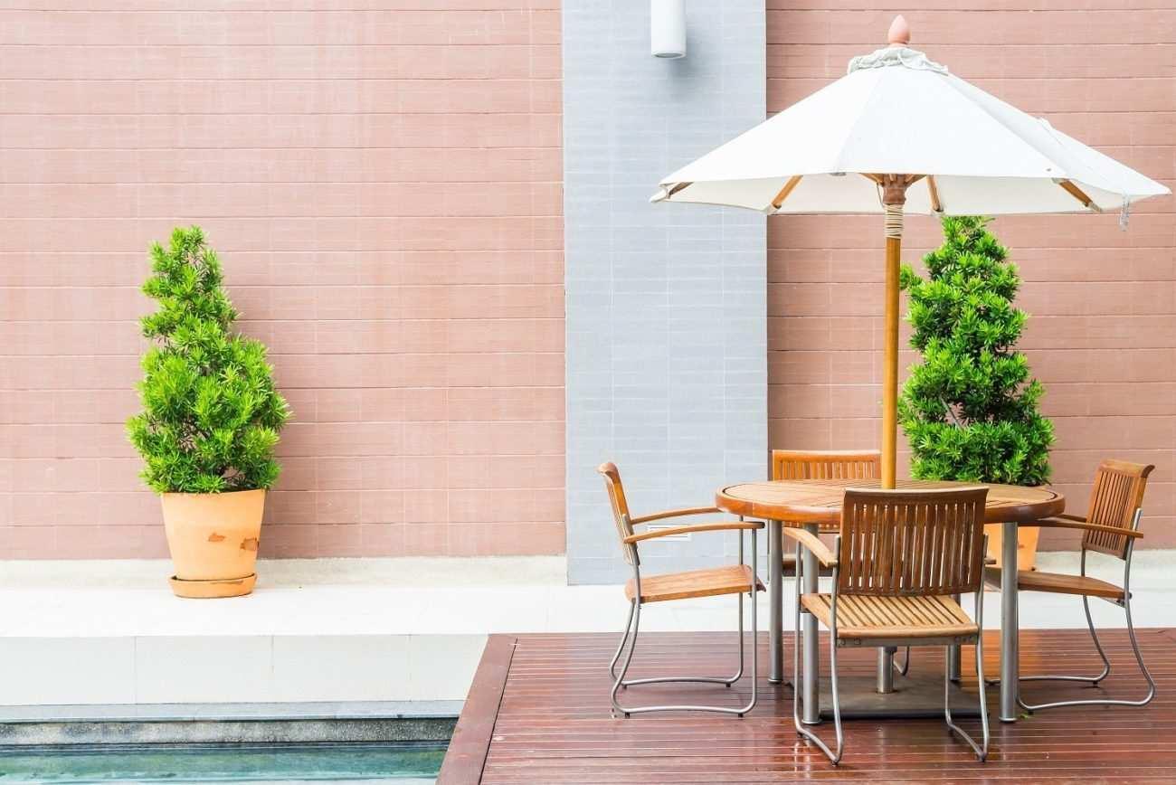 Móveis de jardim para a piscina